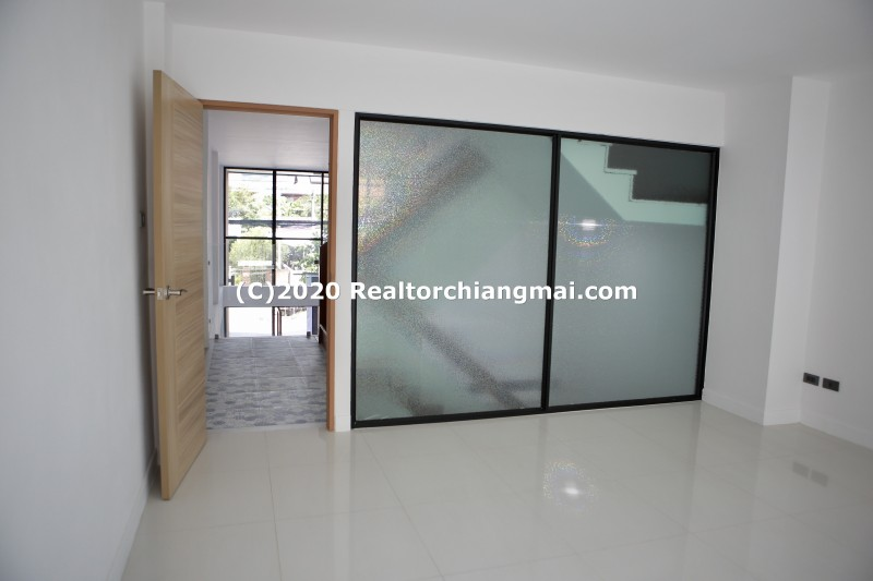 Commercial Building for Sale in Soi Siroros Near Maharaj Nakorn Chiang Mai Hospital.